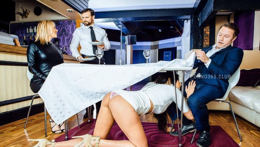 Порно официантка трахали в туалете
